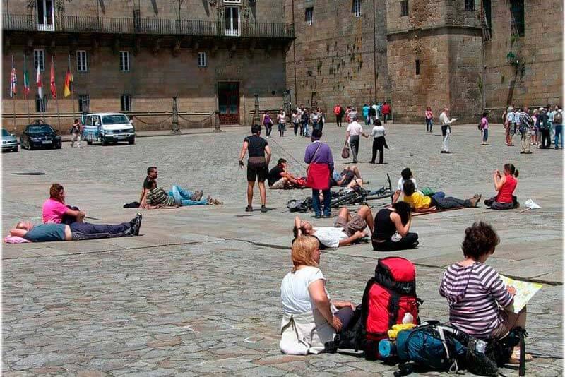 Peregrinos y turistas en la plaza do Obradoiro