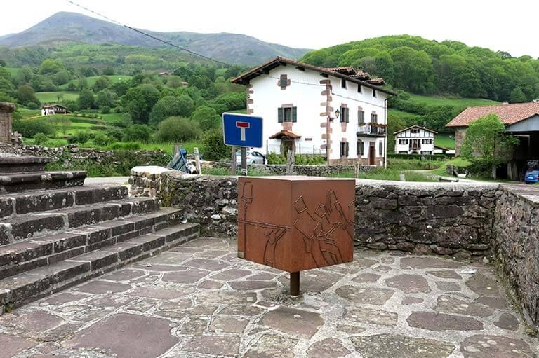 Amaiur, escultura de Mikel Iriarte y Begoña Durruty