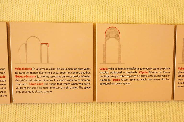 """La traducción de la inscripción dice: """"Esta es la imagen del escultor Arnau Cadell, quien construido este claustro para la perpetuidad"""""""