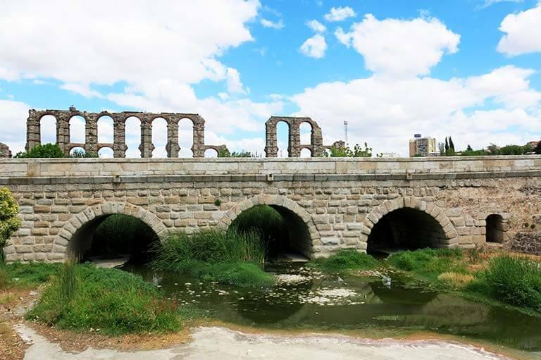 Merida Puente sobre el Alaberregas