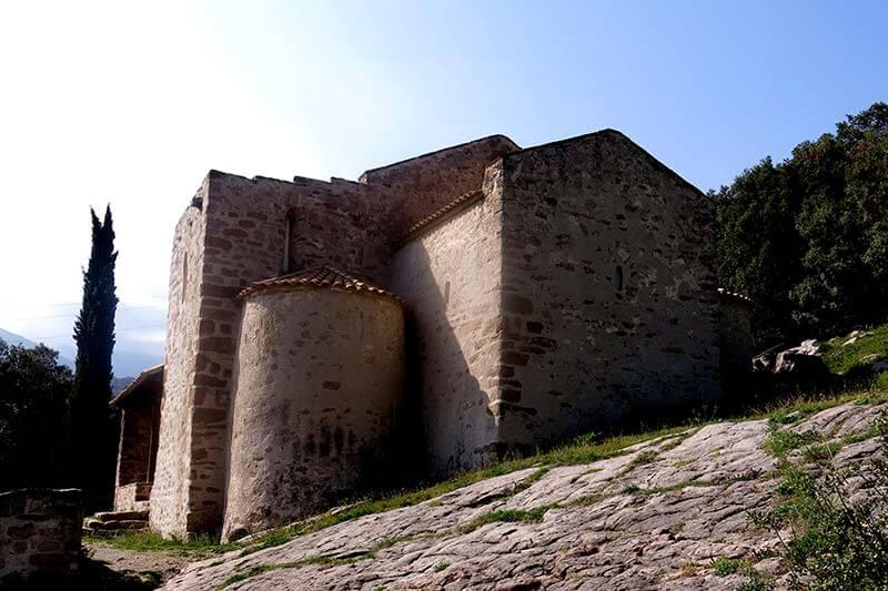 Església de Sant Quirze de Pedret. La nau i absis central quadrangular es preromànic i les naus i absis laterals d'estil preromànic mossaràbic