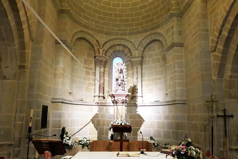 En el tímpano, con escenas de Santa Clara y la Epifanía y la Santa Cena. Se piensa que el personaje arrodillado junto a la Virgen podría ser Carlos II.