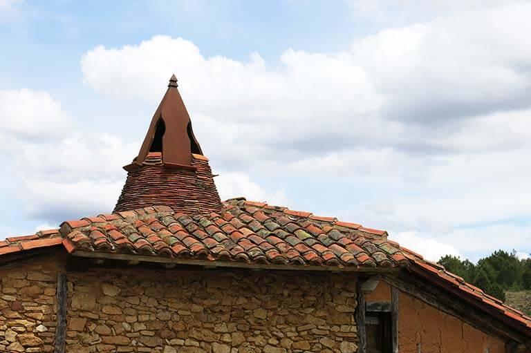Calatañazor, Soria. Chimenea casa pinariega