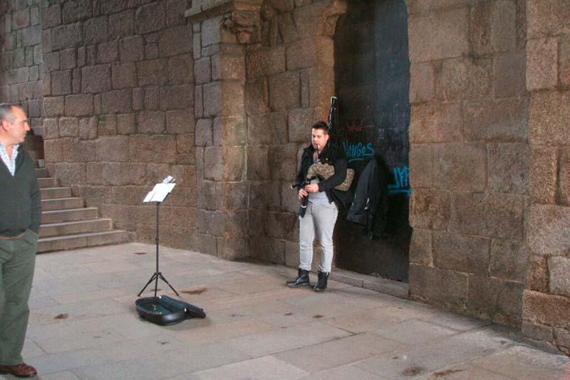 Gaitero junto a la Catedral de Santiado de Compostela