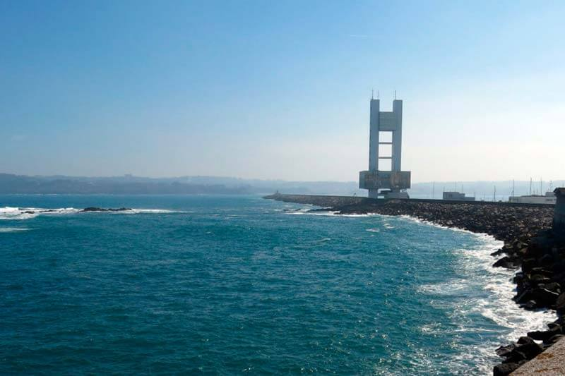 Dique de Abrigo y edificio de la Torre de control marítimo. A Coruña